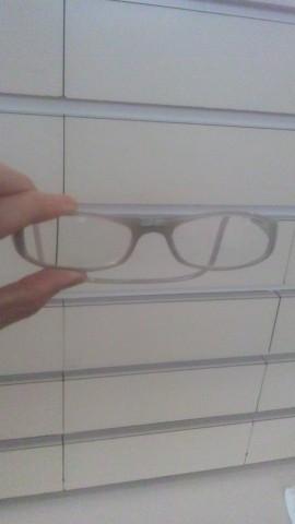 普通のメガネに見えますが・・・